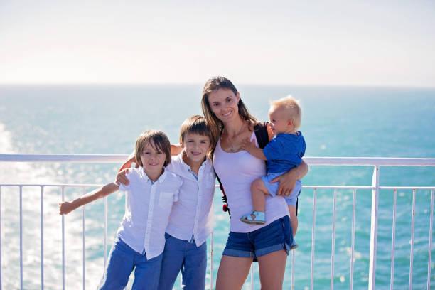 con niños en crucero